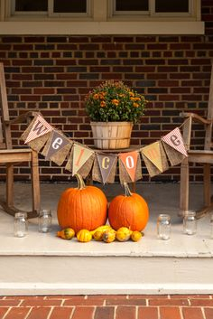 Want to have the prettiest front porch on the block this fall? Check out these DIY fall porch decorating ideas that are both easy and cheap to make! Dulceros Halloween, Halloween Party Decor, Outdoor Halloween, Halloween Wreaths, Halloween Tombstones, Halloween Pallet, Halloween Buffet, Halloween Bottles, Halloween Painting