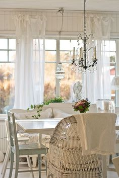 Shabby Chic Dining Room With White Curtains and Beautiful Chandeliers. The Effective Pictures We Offer You About Shabby Chic colors Chic Kitchen, Chic Decor, Home Decor, Shabby Cottage, Shabby Chic Furniture, Chic Dining Room, Shabby Chic Room, Shabby Chic Dining, Shabby Chic Dining Room