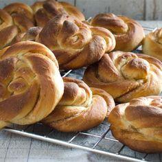 Deilige kanelknuter Bread, Cookies, Desserts, Food, Crack Crackers, Tailgate Desserts, Deserts, Brot, Biscuits