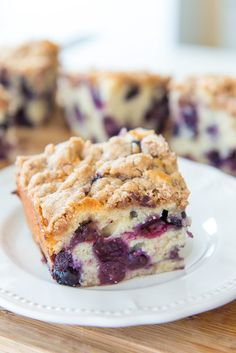 This Blueberry Buckle is loaded with tons of blueberries and baked with a cinnamon streusel crumb topping. It's a wonderful coffee cake to serve at your next brunch! [Post updated January 2017 with n Cake Recipes, Dessert Recipes, Brunch Recipes, Pistachio Cake, Bowl Cake, Blueberry Recipes, Blueberry Cake, Savoury Cake, Coffee Cake