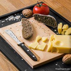 Frühstücks-Set bestehend aus einem Frühstücksmesser von PanoramaKnife Schweiz und einem Buchenholz-Brettchen mit magnetischem Messerhalter. / Breakfast-Set, features a breakfast knife by PanaormaKnife Switzerland and a beechwood board with magnetic knife holder.