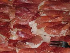 Guide to Homemade Prosciutto Homemade Sausage Recipes, Meat Recipes, Wine Recipes, Smoker Recipes, Bratwurst, Chorizo, Home Made Sausage, Sausage Making, Curing Bacon