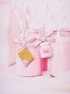 boucles d'oreilles bouteille de lait fraise et biscuit en fimo