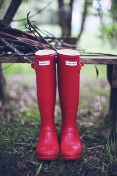 Red Hunter Wellies for autumn. Hunter wellies are perfect Red Hunter Boots, Hunter Rain Boots, Hunter Green, Red Shoes, Cute Shoes, Me Too Shoes, Snow Boots, Ugg Boots, Welly Boots