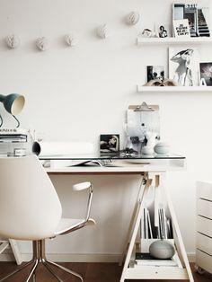 Aujourd'hui j'aimerais que mon bureau ressemble à ca... Pella Hedeby et Marie Ramse ont créé ces deux espaces bureaux, l'un en blanc, l'aut...