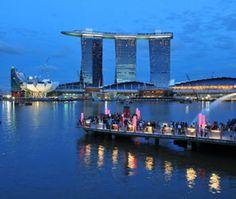 SANDS SKYPARK AT MARINA BAY, Singapore, 3-acre Moshe Safdie - designed garden 'floats' 57 stories off ground & has pool, 2 restaurants, & 360-degree views over city. (Apr 2012)