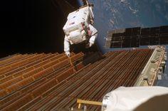 STS-116_Solar_Panel_Spacewalk.jpg (3032×2008)