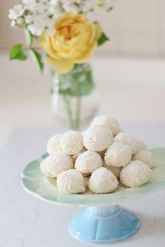 O kadar narin bir kurabiye ki deneyince bana hak vereceksiniz.Afiyetle.   Sevgiyle kalın.    Malzemeler:    250 gr yumuşak margarin  1 s...