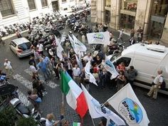 La festa sotto la sede di Idv dopo la vittoria ai referendum