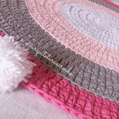 Foto bem pertinho  . . #crochet #croche #handmade #fiodemalha #feitocomamor #feitoamao #trapilho #totora #knit #knitting #decor #quartodebebe #baby #tapeteparasala #carpet #gestante #tapeteparabebe #tapeteparamenina #mamae #quartomontesoriano #tapetedepompom #crochetaddict #maedemenina #maedeprincesa #babygirl #pompom #tapeteredondo #tapetesobmedida #tapeterosa