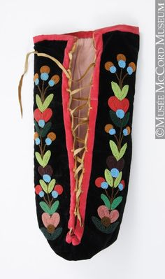 """Dramatic """"moss bag"""" baby carrier from the Northern Plains Wonderful Saskatchewan site includes rare 1947 photo of First Nations mother diapering her infant with dried moss. Native American Baby, Native American Regalia, Native American Beadwork, American Indians, Loom Patterns, Beading Patterns, Loom Beading, Baby Aspen, Indian Baby"""