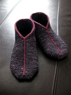 Ravelry: Simple Garter Stitch Slippers pattern by handepande. Looks easy enough. Use up some stray sock yarn remnants. Worth a try -- especially since it is FREE on Ravelry. Crochet Slipper Pattern, Knitted Slippers, Crochet Slippers, Knit Or Crochet, Mens Slippers, Crochet Granny, Felted Slippers Pattern, Free Crochet, Crochet Cats