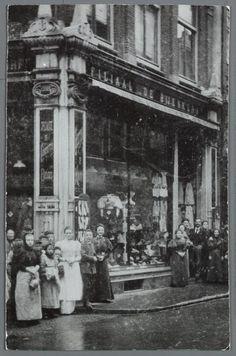 Overzichtsfoto van het eerste filiaal van de Bijenkorf aan de Nieuwendijk, ca. 1900