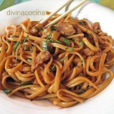 Esta receta de tallarines con pollo y soja tiene un punto thai muy original, y puedes darle tu toque personal poniedo las verduras que más te gusten.