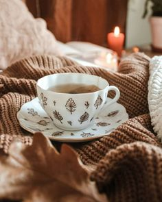 Shared by 𝑎𝑣𝑒𝑛𝑡𝑢𝑟𝑖𝑒𝑟. Find images and videos about coffee, autumn and fall on We Heart It - the app to get lost in what you love. Autumn Cosy, Autumn Fall, Autumn Tea, Autumn Coffee, Drink Recipe Book, Pause Café, Autumn Aesthetic, Cozy Aesthetic, Vintage Cups