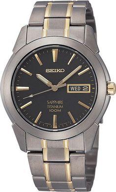 Titanium SEIKO Herenhorloge SGG735P1. Kaliber 7N43. Een in goud- en donkerzilverkleur uitgevoerd titaanhorloge. De wijzerplaat s zwart en zowel de wijzers als de index zijn lichtgevend. dat is handig in het donker. het horloge weegt slechts 72 gram en heeft dat harde saffierglas dat nagenoeg krasvrij is. Titaan is niet alleen erg licht om te dragen maar voor mensen die snel een allergische reactie kunnen krijgen kan titaan een uitkomst zijn. Dit elegante horloge heeft dag- en datum…