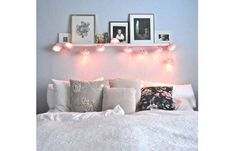 ele emoldura a parede da janela e cobre o espaço atrás da cama, tornando a cabeceira totalmente dispensável.
