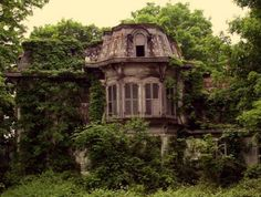 awesome house once upon a time, this was someone's beautiful home Related posts:.Blick für eerily beautiful abandoned places [pics]The oldest residents of that abandoned house were the. Old Abandoned Houses, Abandoned Places, Old Houses, Abandoned Castles, Beautiful Buildings, Beautiful Homes, Beautiful Places, Old Mansions, Abandoned Mansions