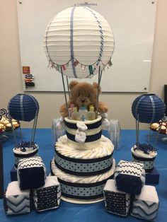 Baby Shower Gifts Hot Air Balloon Diaper Cake and mini versions plus soft baby blocks Idee Baby Shower, Shower Bebe, Baby Shower Diapers, Baby Shower Favors, Baby Shower Themes, Baby Boy Shower, Baby Shower Gifts, Baby Gifts, Baby Showers