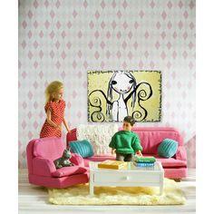 Knuffelen op de bank met een spannend boek en dromen van sprookjes en avontuur. Deze prachtige Lundby Småland woonkamer set is voorzien van een bank, een fauteuil, een tafel en een beeld door Lisa Rinnevuo. De tafel wordt geleverd met een lade die kan worden geopend en een transparant tafelblad. Twee kussens, een deken, boeken, spelletjes en een kleed zijn de kers op de taart in deze populaire Lundby set.