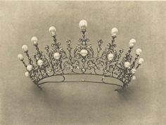 Important diadème, composé de neuf perles poires blanches et de neuf perles blanches boutons, disposées en fleurons et montées sur des ornements de joaillerie, avec huit chatons en brillants formant entre-deux.