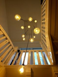Watervallamp, gemaakt met 12 lampen die als een waterval het trappenhuis en gang verlichten. Stairs, Lights, Antalya, Modern, Retro, Home Decor, Cluster Pendant Light, Light Installation, Stairway