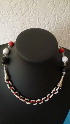 Rood, wit, zwartte ketting met de spiral rope stitch gemaakt.