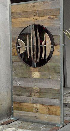 Fish in a recycled wood wall Poisson dans un mur de bois recyclé