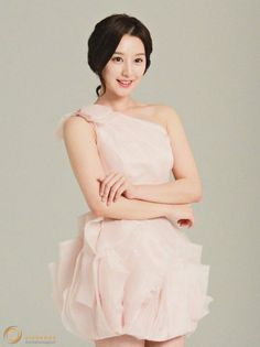 Kim Ji Won Shows Off Her Dainty Spring Look | Koogle TV