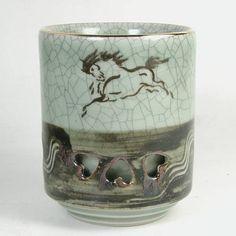 大堀相馬焼の湯呑み 地紋に見える「青ひび」、「走り駒」の意匠、 「二重焼き」を見せるための彫り貫きと 大堀相馬焼の特徴をよく表している。
