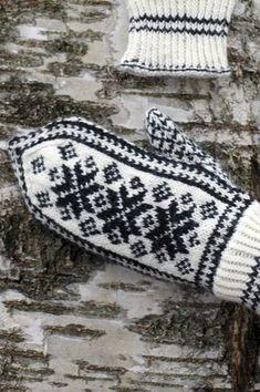 Perinteiset kirjoneulelapaset Novita Nalle | Novita knits Knitting Charts, Knitting Stitches, Knitting Socks, Hand Knitting, Knitting Patterns, Knitted Mittens Pattern, Knit Mittens, Knitted Gloves, Norwegian Knitting