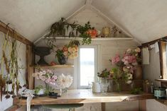 Wild Bunch: In the Studio with Floral Designer Tammy Hall in Shropshire - Gardenista - - About 10 years ago Tammy Hall moved from London (where she worked as an architect) to Shropshire to live on a farm with her partner, James, who was brought. Studio Living, Flower Studio, Garden Studio, Shed Design, Farms Living, Flower Farm, Cactus Flower, My Dream Home, Dream Life