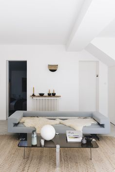 Chez Bénédicte Sartorio | MilK decoration Richard Neutra, Beach House Kitchens, Home Kitchens, Home Living Room, Decoration, Luxury, Interior, Inspiration, Furniture