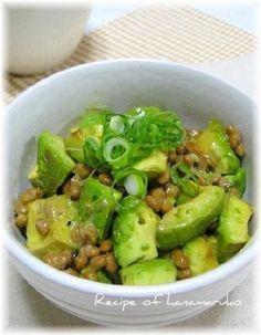 「夏バテ対策にアボカド&納豆のスタミナ丼♪」アボカドはビタミンとミネラルたっぷりで、しかも低カロリー! 1日半個で肝臓機能の改善と美肌作りに効果大なんですよ。納豆をプラスで最強コンビのスタミナ丼です。【楽天レシピ】