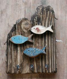 peixe, peixe, peixes Fish Crafts, Sea Crafts, Pintura Patina, Driftwood Fish, Wooden Fish, Driftwood Projects, Beach Wood, Salvaged Wood, Wood Creations