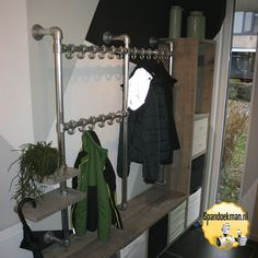 Steigerbuis kapstok met steigerhouten opberg vakken in de hal. Interior Ideas, Interior Design, Diy Shoe Rack, Mudroom, Wardrobe Rack, Ladder Decor, Future, Closet, Fashion Design
