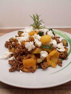 Das Rezept für diese Low Carb Hackfleischpfanne mit Zucchini, Paprika und Feta ist wirklich einfach. Außerdem schmeckt das Gericht richtig gut!