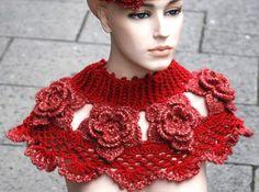 Der Rosenkragen ist wirklich sehr kleidsam und sehr romantisch. Es ist trotz der vielen Löcher warm, besonders am Hals. Mit Glitzerwolle eine Schau! Mit einer dünneren Wolle kann man den Kragen auch für kleine Mädchen machen!