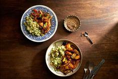 Lähi-idän tyyliin valmistettu kanapata on täynnä eksoottista makua. Kariniemen Kananpojan Isot fileesuikaleet pysyvät herkullisen mehevinä, vaikka pataa hauduttaisi hieman pidempäänkin. Lisukkeena tarjottava yrtti-couscous toimii mainiosti niin lämpöisenä kuin kylmänäkin. Ras El Hanout, Couscous, Food And Drink, Ethnic Recipes
