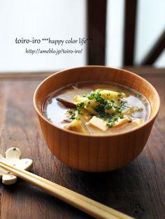 味噌汁は週5日は作ります。洋風のスープもいいんですが、やっぱり味噌汁がないと!!って気になっちゃうんです。具は毎日違うものを入れて作るようにしていますが、基本、出汁で煮るだけの簡単味噌汁です^^野菜を沢山摂りたいな、って時、少しコクのある満足感の高い味噌汁