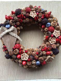 Őszi koszorú Christmas Wreaths, Christmas Decorations, Xmas, Holiday Decor, Pine Cone Crafts, Christmas Is Coming, Summer Crafts, Burlap Wreath, Advent
