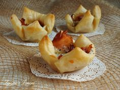 Questi cestini di sfoglia ripieni sono semplicissimi da preparare e sono perfetti come stuzzichini da servire con l'aperitivo.