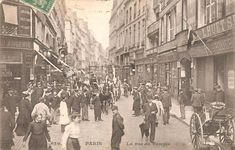 rue du Temple - Paris 3ème et 4ème La foule de la rue du Temple vers 1900. Encore aucune voiture en vue... (ancienne carte postale).
