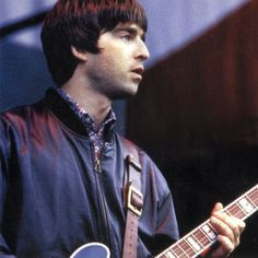 Oasis 1991 - ∞ Noel Gallagher Young, Liam Gallagher, Oasis Band, Liam And Noel, Britpop, 90s Aesthetic, Great British, Playing Guitar, Cool Bands