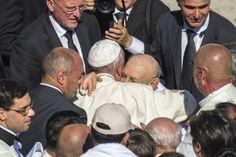 """Papa Francesco: """"Il cristiano è schiavo dell'amore, non del dovere"""""""