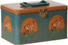 Blikken koffertje Froy en Dind retro meisje jongetje Dit retro blikken koffertje van Froy en Dind is een origineel babycadeau. Het blik heeft een leuk printje met een meisje en een jongetje; het hele blik heeft een retro bloemenprint in turquoise en okergeel. Het blikken koffertje staat leuk in de babykamer; je kunt er bijvoorbeeld de luiers of billendoekjes in opbergen. Formaat: 19 x 13 x 11 cm