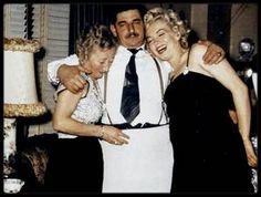 12 Janvier 1954 / Marilyn et Joe en famille fêtant l'anniversaire de Tom DiMAGGIO.