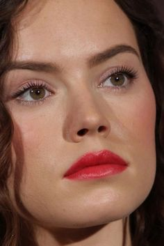 daisy ridley Close-Up Daisy Ridley Hot, Driving Miss Daisy, Celebrity Faces, Rey Star Wars, Kissable Lips, Face Photo, Star Wars Poster, Makeup Goals, Female Images