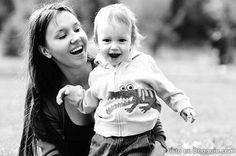 niño y su mama riendo
