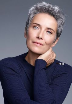 visit for more 2018 trends kurzhaarschnitt frauen ab 60 graues haar The post 2018 trends kurzhaarschnitt frauen ab 60 graues haar appeared first on kurzhaarfrisuren. Short Silver Hair, Silver Grey Hair, White Hair, Haircut For Older Women, Older Women Hairstyles, Short Hair Older Women, Very Short Haircuts, Pixie Haircuts, Pixie Hairstyles